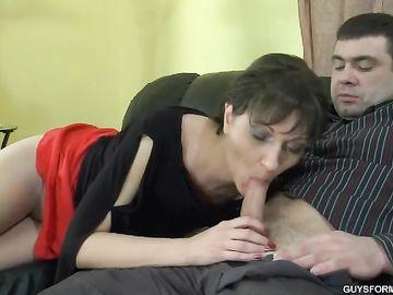 Муж на диване подпоил зрелую супругу и предложил ей отсосать