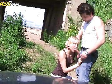 Два пикапера вывезли на природу и по очереди чпокнули красивую блондинку