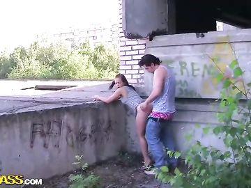 Пикапер трахает девчонку в заброшенном здании и дает ей пососать