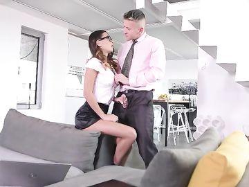 Сексуальная брюнетка, работающая секретаршей, отсасывает хуй боса
