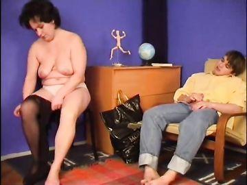 Жирная мать увидела стоячий пенис своего сына и случился инцест