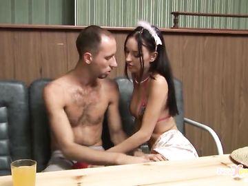 Сексуальная официантка дает неаккуратному посетителю за столом