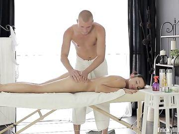 Изначально девушка сделала массаж парню, а потом он её трахнул