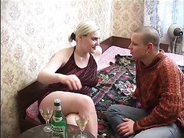 Не нужно уламывать пьяную зрелку на секс, ведь она и сама хочет ебаться