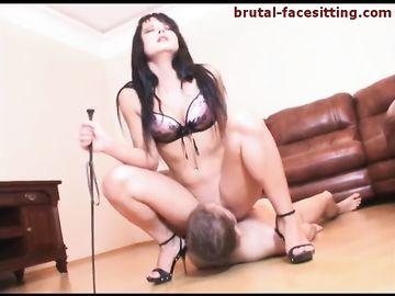 Темноволосая госпожа сидит пиздой на лице своего раба и тащится от куни