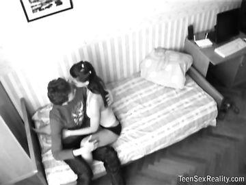 Худой парень трахается с подружкой перед камерой в домашней обстановке