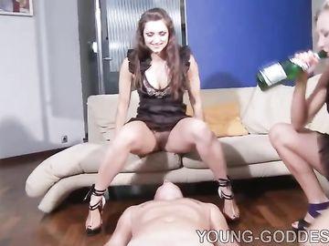 Седому рабу две пьяные сучки ссут в рот и заставляют лизать ножки