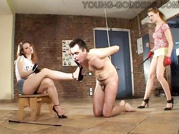 Парочка сексуальных сучек избивают и издеваются над одним рабом