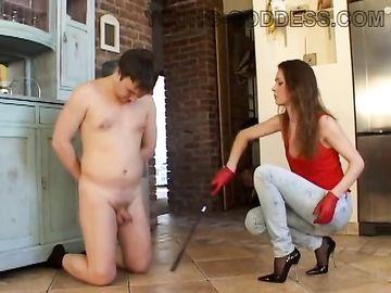 За то что немного задержался с работы красивая госпожа наказывает парня