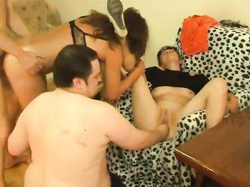 Горячая пьяная свингерская групповуху с фистингом и оральными ласками