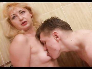 Зрелая блондинка вместе со своим родным сыном ебутся в ванной