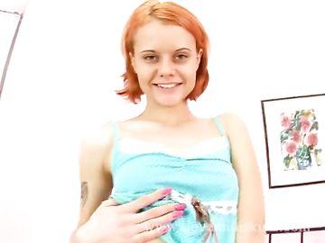 Рыжая девица с короткими волосами впускает большой пенис в киску