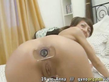 Девятнадцатилетняя телка с хвостиками трахается в обе дырки с парнем