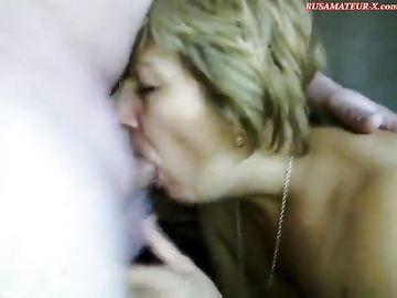 Мужик трахает в рот женщину в возрасте и получает удовольствие