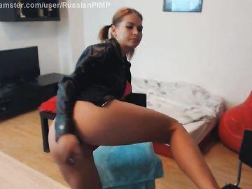 Развратница с косичками активно мастурбирует дырки перед вебкой