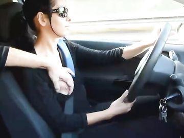 Сучка в очках дрочит пенис любимого парня в машине
