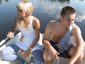 Блондинка в красных трусиках отсасывает член пацана в лодке