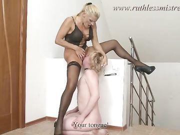 Длинноволосая русская блондинка в возрасте жестко доминирует над парнем