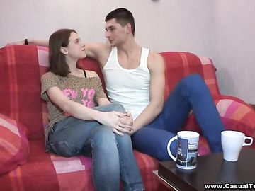 Парень и стройная девушка занимаются классическим половым актом