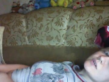 На диване зрелая блондинка общается с онанистами и дрочит киску
