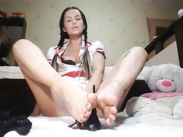 Длинноногая сучка с косичками дразнит онанистов своими красивыми ногами