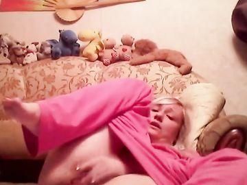 Стянув пижаму зрелая блондинка дрочит в эротическом чате киску