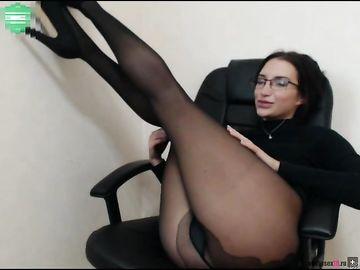 Шикарные ножки и сочную попку показывает очкастая брюнетка в секс чате