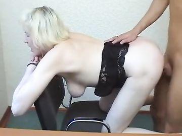 Стареющая блондинка как молоденькая шпилится на кастинге в разных позах