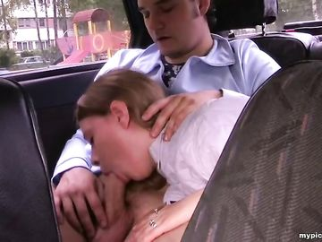В машине и на природе пикапер чпокнул красивую длинноволосую девчонку