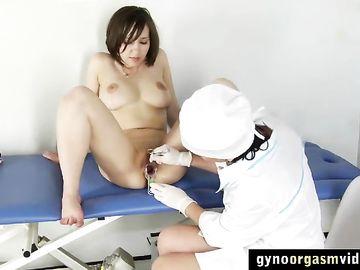 Девушка с натуральной грудью стонет от мастурбации во время осмотра