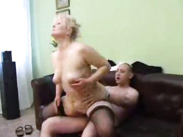 Толстушка мать утолила сексуальный голод своего единственного сына