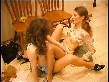 Молодая и зрелая фетишистки лесбиянки чпокнулись на полу в прихожей