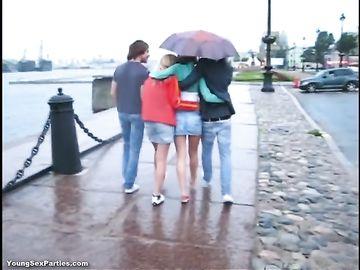 Ребята устраивают секс вчетвером, ведь на улице дождь и им скучно