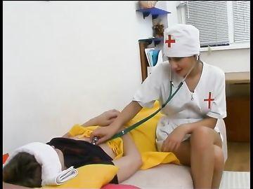 Пациент трахает медсестру скорой помощи в своей квартире на диване