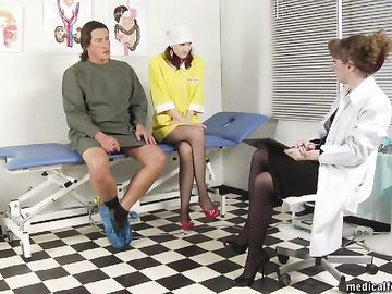 Докторша с медсестрой наказывают зрелого мужика в больничном кабинете