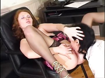 Начальница уговаривает сотрудницу в юбке на лесбийский секс