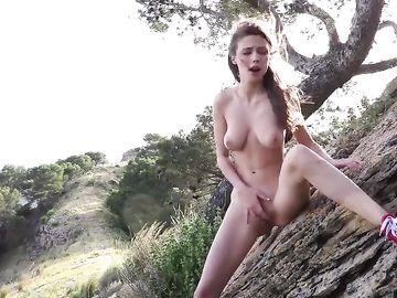 Красавица поднимается в горы, чтобы мастурбировать на свежем воздухе