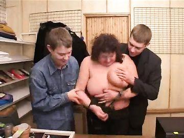 Покупатели пускают по кругу зрелую толстушку, стоящую на кассе