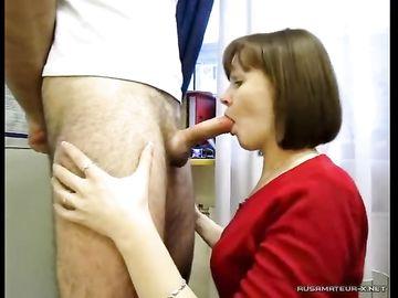 Жена присела перед мужиком и сделала ему классный минет на камеру