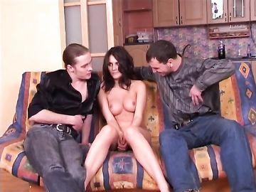 Молодая русская шлюха кувыркается с клиентом на мягком диване