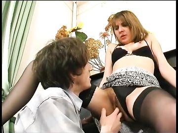 Возбудил русскую женщину в черных чулках перед половым сношением