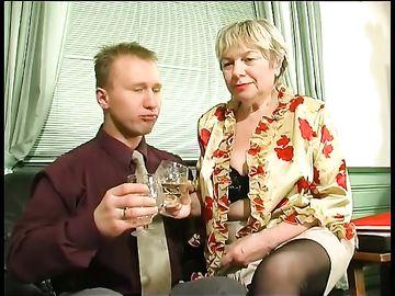 Похотливая бабушка с большими буферами ублажает русского мужика