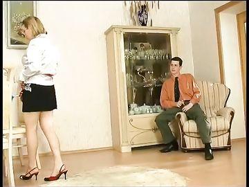 Горячая мамка, работающая домработницей, ненароком возбуждает хозяина