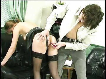Пацан на работе сблизился с самкой и трахнул её в жопу на диване