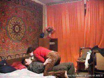Парочка встречается и занимается сексом перед камерой на диване