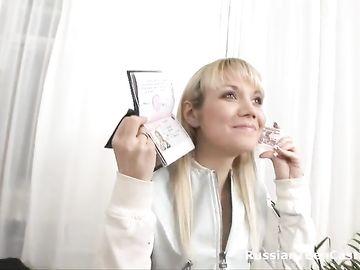 Белокурая девушка показывает документы на приватном кастинге