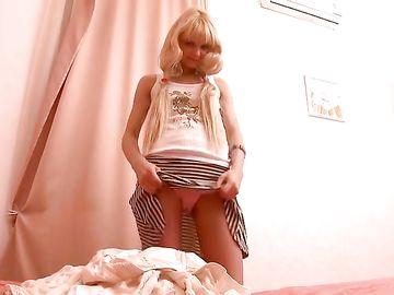 Молодая блондинка в короткой юбке берется отсасывать хуй парня