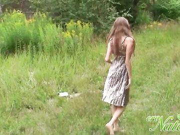 Стройная девушка раздевается на свежем воздухе и показывает тело