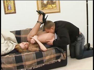 Тетка в капронках заставляет молодого любовника лизать ее пизду