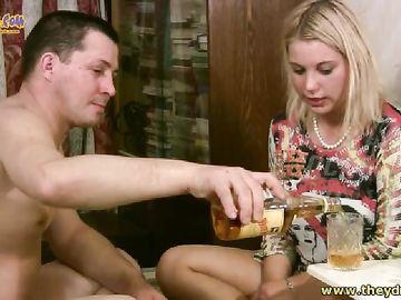 Мужик занимается сексом с пьяной подругой на кровати и она столе